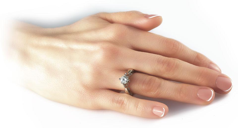Eljegyzési gyűrű kézen viselve