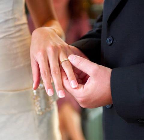 Melyik ujjon hordjuk a karikagyűrűt
