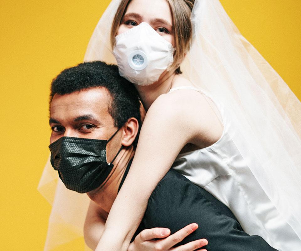 esküvő maszkban